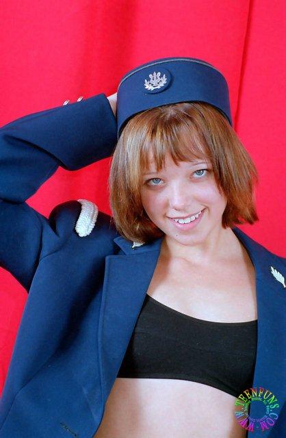 Рыжая стюардесса с милой улыбкой позирует