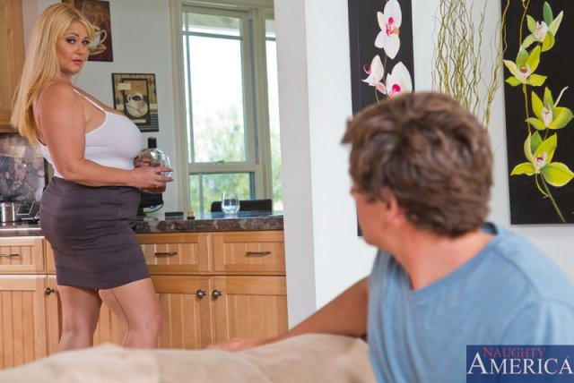 Инцест: грубый трах матери в миссионерской позе