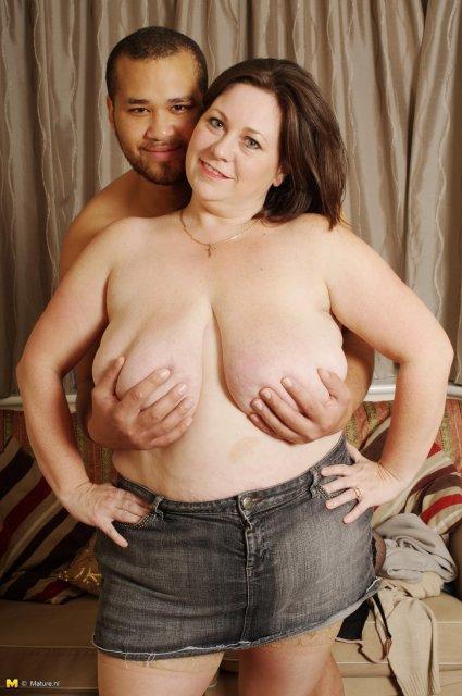 Перед трахом жирная мать отлизала длинный хер