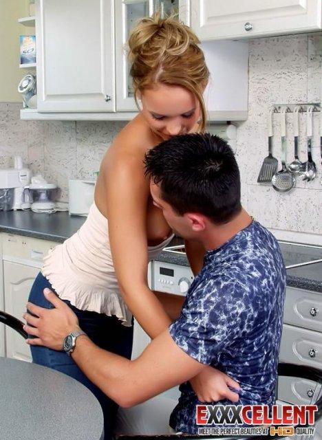 Сексуальная жена любит фут фетиш на кухне