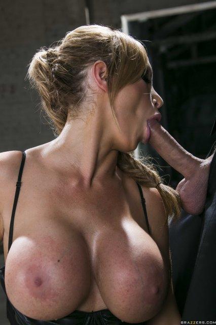 Грудастая блондинка слизала сперму после хардкор