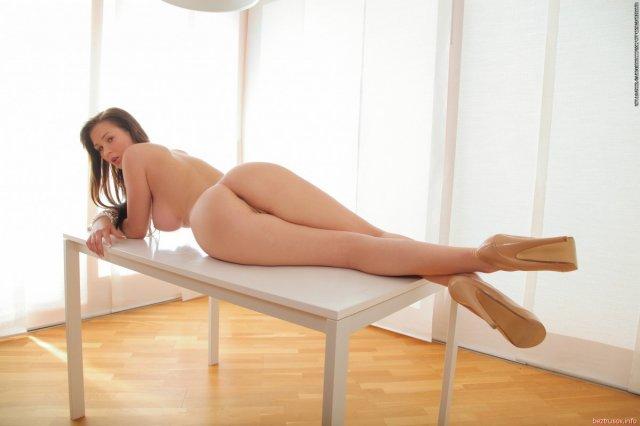 На фото эротике грудастая девица показывает попу