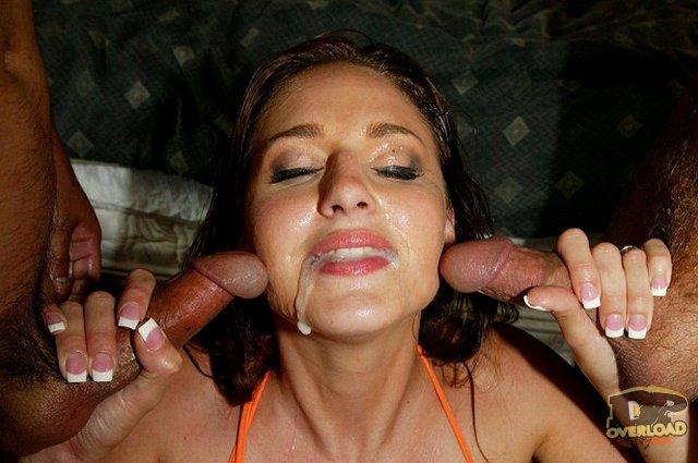 Тёлочка в гэнг бэнг отлично занимается сексом