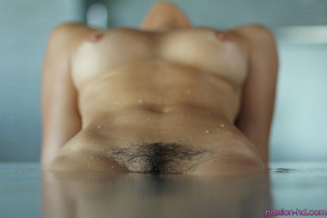Голая дева в воде красиво занимается сексом