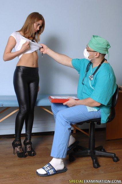 Зрелый доктор в кабинете осматривает анус суки