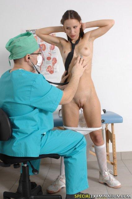 Доктор изучает молодую киску школьницы