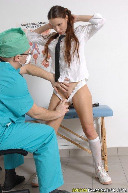 Рыжая девчонка снимает стринги перед доктором