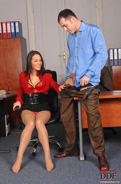 Секретарша на столе дрочит ногами стоячий хуй