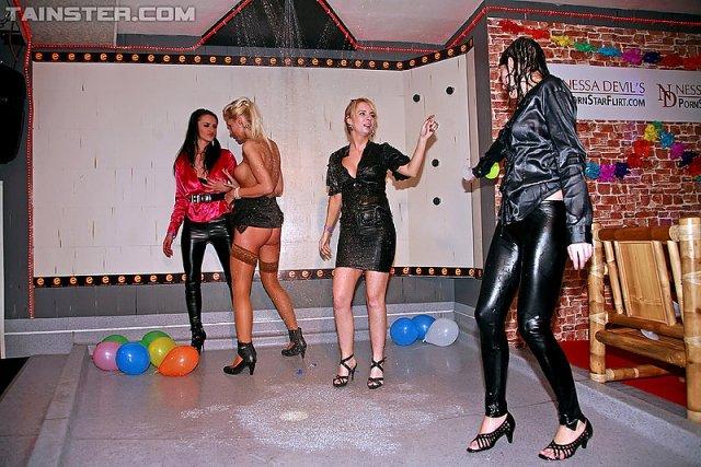 Пьяные лесбиянки нежно обсасывают сиськи и ебутся