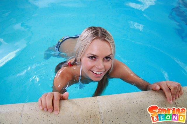 Жёсткая ебля у бассейна доставляет милой блондинке оргазм