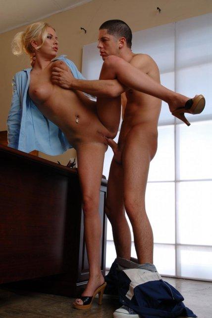 Домохозяйка занимается жёсткой еблей в кабинете