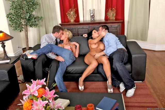 Групповая жёсткая ебля голых проституток в доме