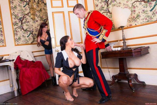 В ЖМЖ грудастые проститутки ебутся по очереди