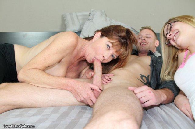 Мамочка в минуты инцеста сделала минет сыну