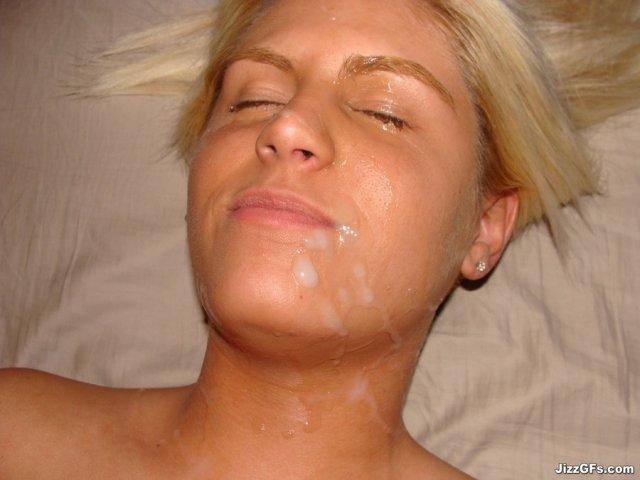 Блондинку с кончей на лице трахает между грудей