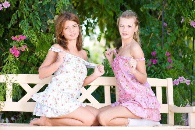 Голые лезбиянки на свежем воздухе флиртуют