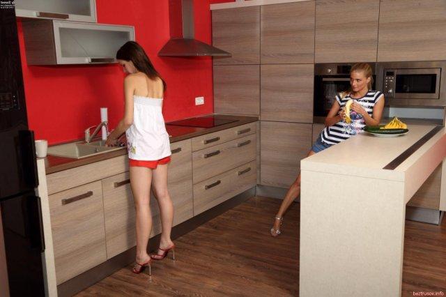 Худенькие лезбиянки на кухне вылизывают киски