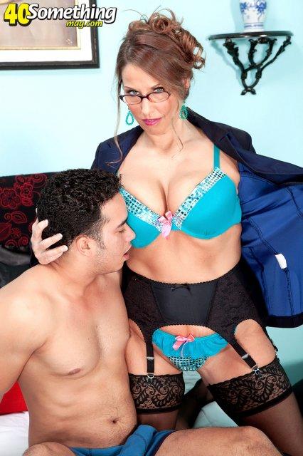 Сексапильная мамаша в очках разводит на секс сына