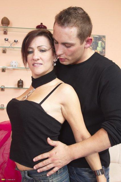 Взрослую мамашу в чулках трахает между грудей