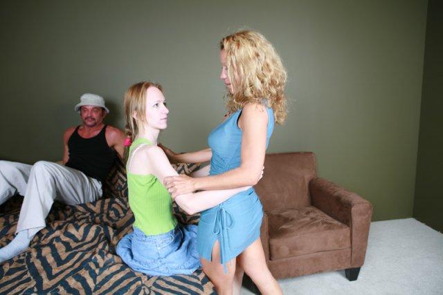 Зрелая мамочка учит строптивую деву заниматься еблей