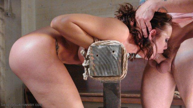Грудастая тётка – мент в тюрьме трахается в зрелую пизду