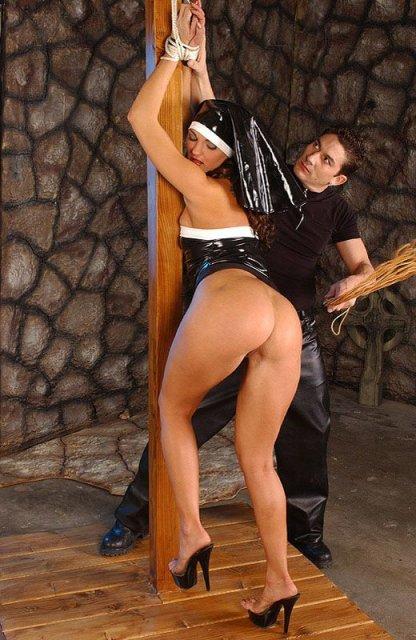 Стройная монашка в латексе эротично танцует