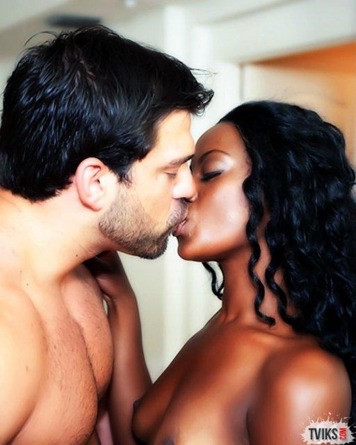 Нежную негритянку с красивой попой облил спермой