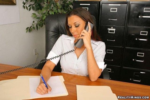 Наяшная секретарша сосёт длинный хер в офисе
