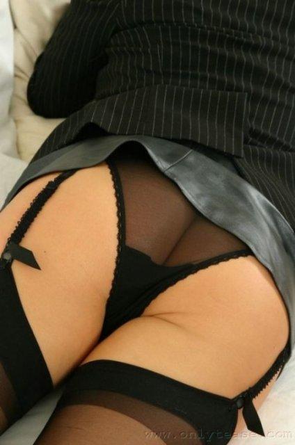 На офисном порно секретарша в чулках крутит попкой