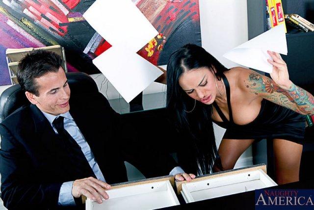 Лесбиянки в офисном порно красиво ебутся со страпоном