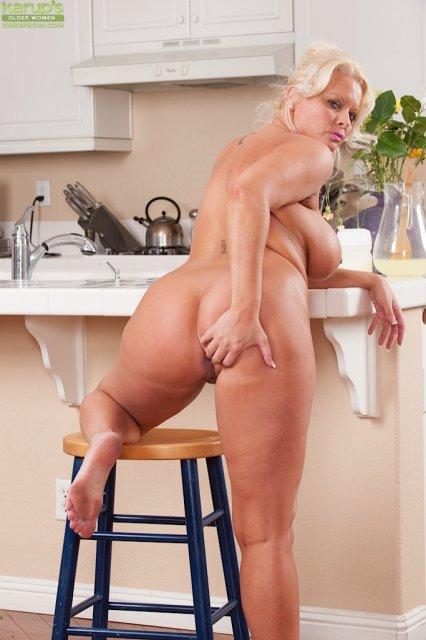 Зрелая блондинка на кухне занимается писсингом