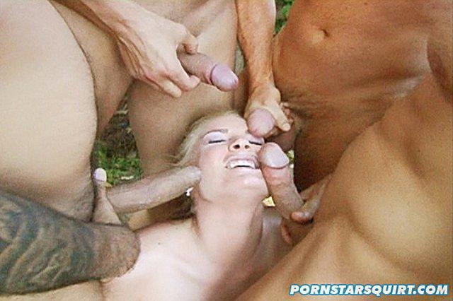 Блондинка после писсинга на природе глотает сперму