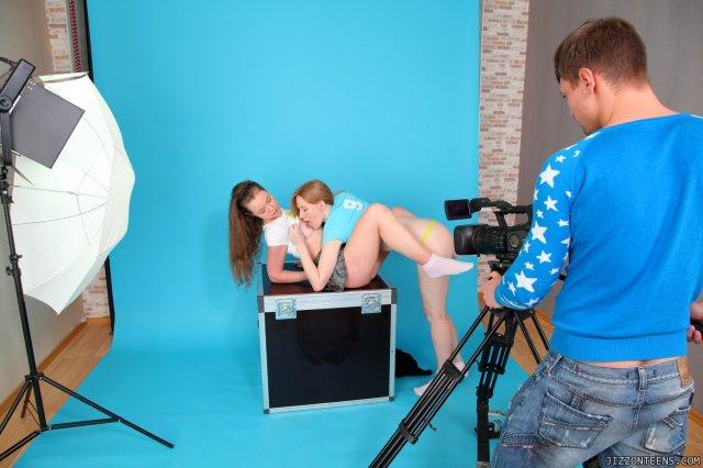 Строптивые девы мастурбируют на камеру перед реальным трахом