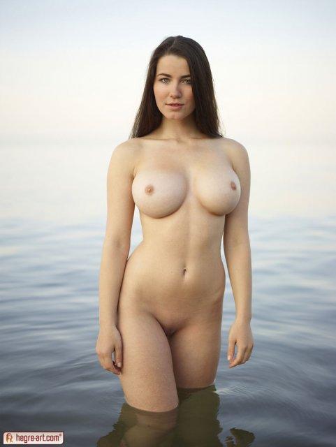 Русская студентка в воде показывает дойки