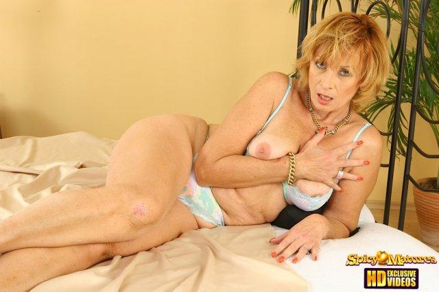 В секс сцене голую старуху жестко трахает в пизду