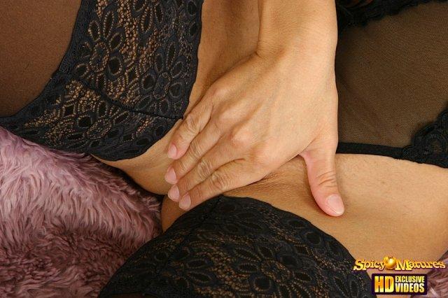 В секс сцене тётку грубо трахает в презервативе