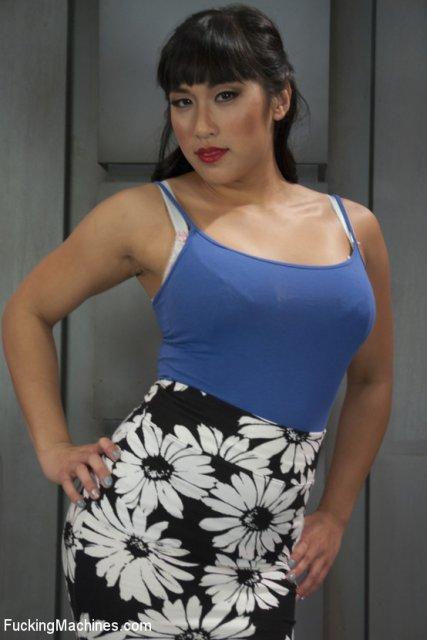 Сексуальная девушка занимается жестоким онанированием дырки