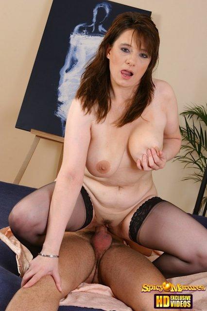 Зрелая жена словно в секс сцене круто порется в вагину