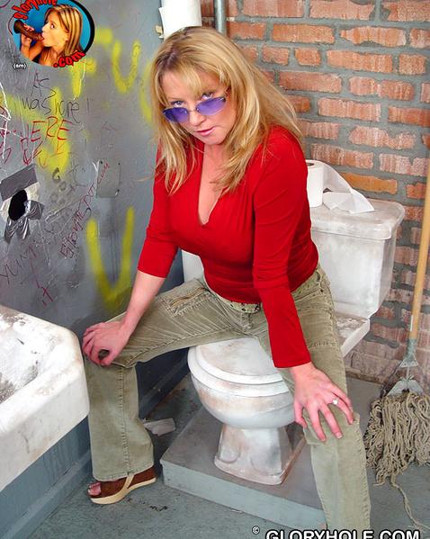 Взрослая дама в туалете после минета ебётся