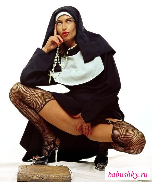 Монашка в чулках и в униформе гладит писю