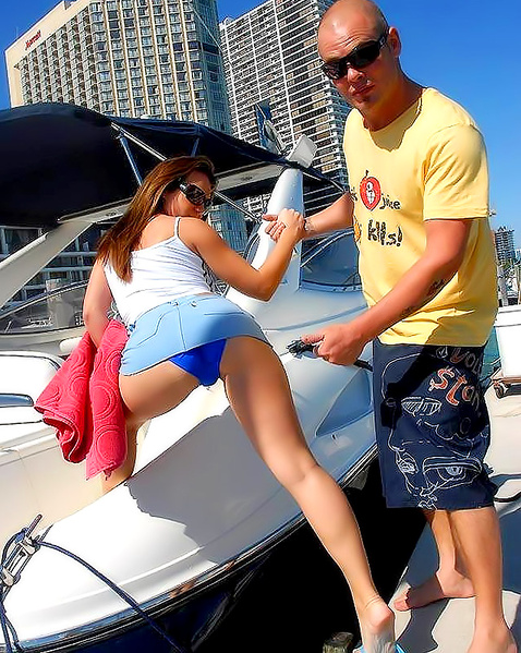 Гламурную девицу на яхте красиво трахает в очко