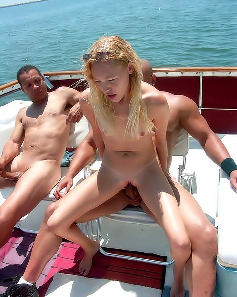 Худенькую шлюху на яхте быстро ебут негры