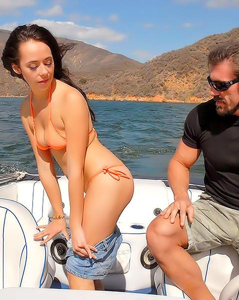 Шалава в купальнике разводит на секс и ебётся