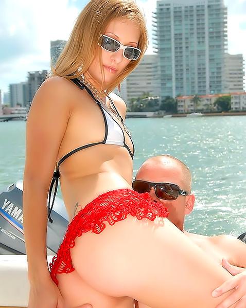 Жопастая блондинка на яхте занимается сексом