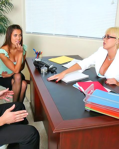 В офисном порно грудастые лесби круто трахаются