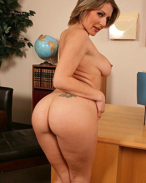 Секретаршу в офисном порно ебёт между грудей
