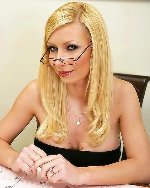 В офисном порно грудастая блондинка круто ебётся