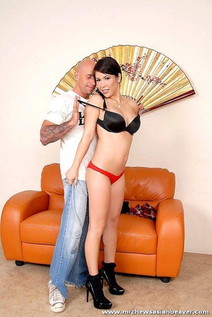 Грудастая азиатка эротично раздвинула ноги для ебли