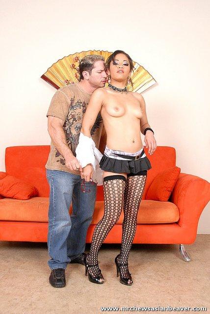 Жопастая азиатка в чулках круто трахается на диване