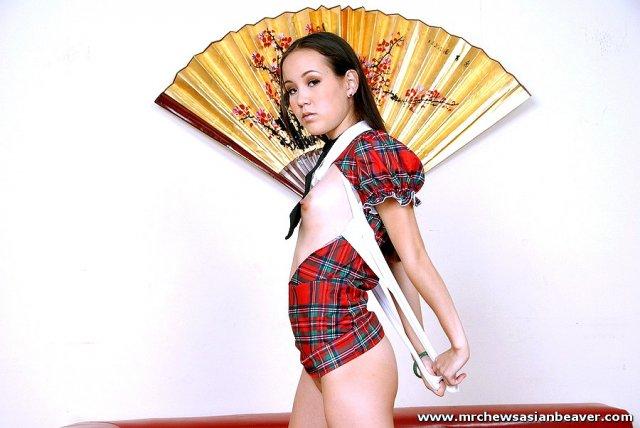 Симпатичную азиатку в гольфах ебёт коротким хуем